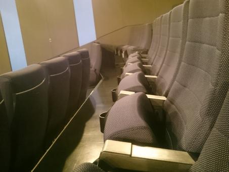 映画,映画館,ムービー,シアター,スクリーン,シネマ,座席,シート,劇場,会場,ホール,コンサート,折りたたみ椅子,いす,チェア,演劇,観劇,公聴,演説, デート 雨のデート チケット 客席 上映 イメージ 予告 アミューズメント 観客席