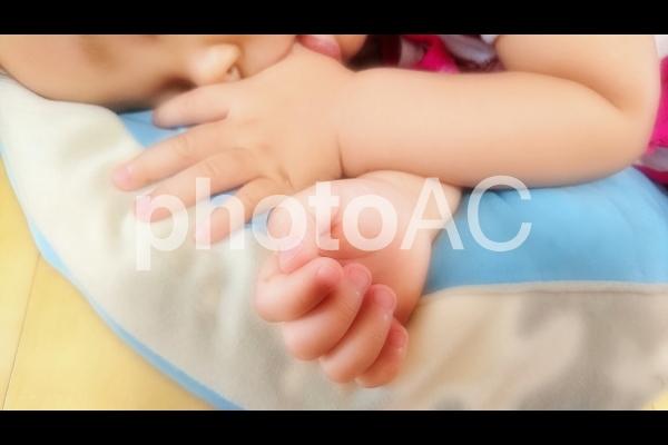 お昼寝中の幼児の写真
