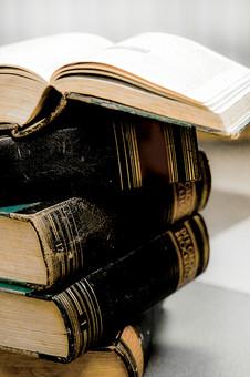 本 ブック 書物 書籍 図書 読書 読む 趣味 勉強 厚い 分厚い ページ 開く めくる 捲る 床 置く 接写 クローズアップ アップ 積み上げる 積み重ねる 重ねる 乗せる 乗る 背表紙