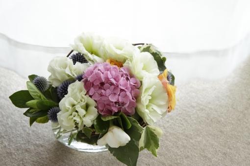 花 はな ハナ フラワー 生花 切り花 ブーケ 花束 アレンジメント 植物 インテリア 飾り 装飾  紫陽花 あじさい アジサイ カーネーション  葉 葉っぱ 綺麗 華やか テーブル 食卓 花瓶 ガラス