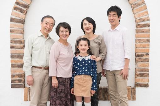 人物 日本人 家族 親子 ファミリー 5人 三世代 二世帯 両親 義両親 祖父母 子供 こども 娘 孫 女の子 小学生 立ち姿 集まる 並ぶ 仲良し  屋内 部屋 揃う 絆 朗らか 笑顔 スマイル  mdjf017 mdfk014 mdfs003 mdjm016 mdjms004