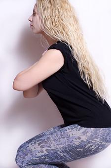 フィットネス写真 人物 1人 外国人 白人 セルビア人 女性 大人 若い 金髪 スポーツ フィットネス エクササイズ 体操 運動 トレーニング シェイプアップ ダイエット 引き締め ヨガ ピラティス 屋内 スタジオ ジム クラブ 美 美容 健康 ボディ スリム 脂肪 筋肉 筋トレ 腕 腕組み 脚 屈伸 スクワット 空気椅子 Tシャツ スパッツ mdff014