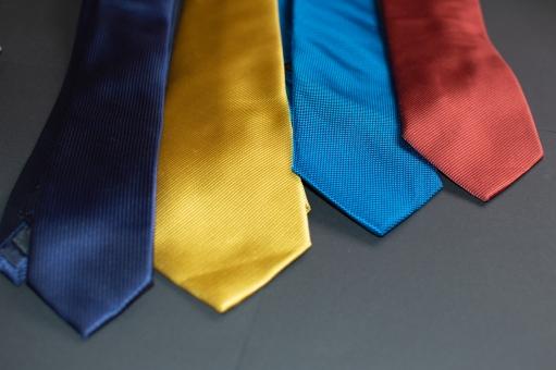 サラリーマン スーツ ネクタイ ビジネスマン ビジネス 選ぶ 斜め 赤 階段 就活 商談 青 メンズ 無地 沢山 黄 フォーマル カラフル 横 アクセサリー シンプル 並んだ 紺 いろいろ オシャレ 紳士服 種類 原色 服飾 礼装 剣先 ビビット ビジカジ
