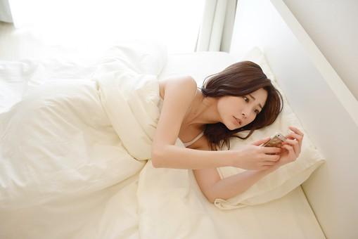 日本人 女性 女 30代 アラサー ライフスタイル 部屋 ベッドルーム 寝室 室内 ポーズ キャミ キャミソール 部屋着 ナチュラル ミディアムヘア ベッド 布団  朝 早朝 モーニング 二度寝 寝坊 時間 遅刻 スマホ スマートホン アラーム 焦る mdjf013