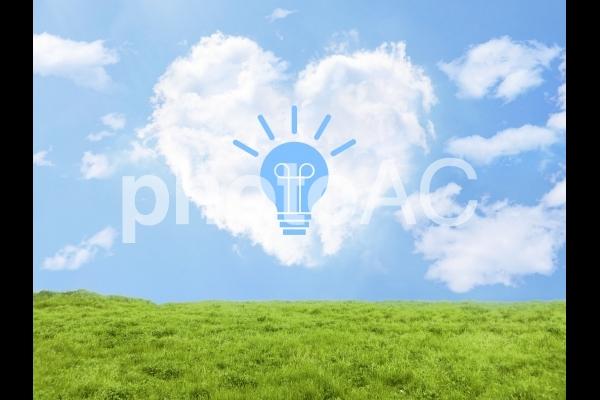 アイデアとハート型雲と草原の写真