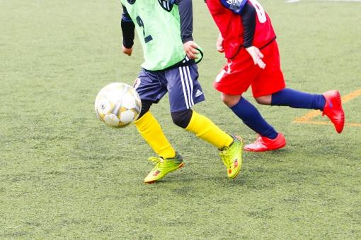 サッカー 蹴球 ピッチ フィールド 芝 ボール 球 ドリブル 試合 少年 足 スパイク スポーツ 選手 ゲーム ユニフォーム