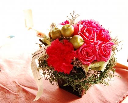 母の日 花束 花かご カーネーション バラ 赤いカーネーション 赤いバラ ギフト プレゼント 感謝 ありがとう 贈り物 春 余白 スペース フラワー フラワーアレジメント ママ ドライフラワー イベント mother carnation 逆光 ギフトカード 花素材 赤 レッド 赤い花 お母さん 大好き 記念日 5月 行事 お祝い 販促 ネットギフト 誕生日 プリザーブドフラワー