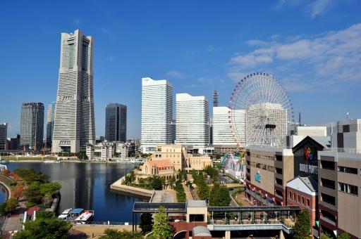 横浜 ヨコハマ 空 青い空 観覧車 ビル ビル街 ビルディング 観光 観光地 ツアー デート みなとみらい