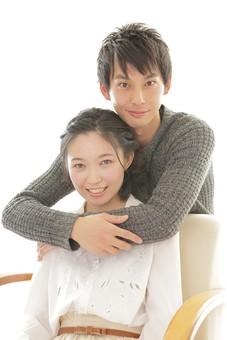 人物 男性 男子 女性 女子 若い 着席 デート カップル アベック 夫婦 新婚 白バック 白背景 部屋 リビング くつろぐ リラックス 仲良し 休日 笑顔 スマイル ハグ 寄り添う 抱き合う 日本人 mdjm008 mdjf026