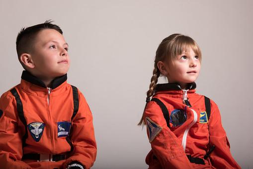 グレーバック 背景 グレー 子ども こども 子供 2人 ふたり 二人 男 男児 男の子 女 女児 女の子 児童 宇宙服 宇宙 服 スペース スペースシャトル 宇宙飛行士 飛行士 オレンジ 見上げる 目指す 希望 夢 将来 未来 体験 職業体験 職業  外国人 mdmk009 mdfk045
