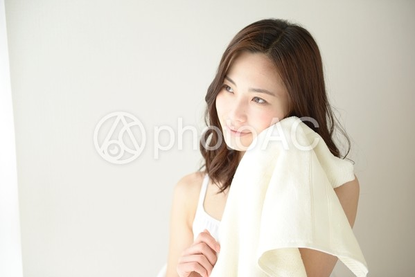 タオルで顔を拭く女性9の写真