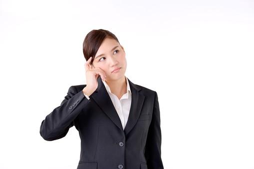 人物 日本人 女性 若い 若者   20代 スーツ 就職活動 就活 就活生   社会人 OL ビジネス 新社会人 新入社員   フレッシュマン ビジネスマン 面接 真面目 清楚  屋内  白バック 白背景 上半身 首をかしげる 疑問 考える 悩む 見上げる mdjf007