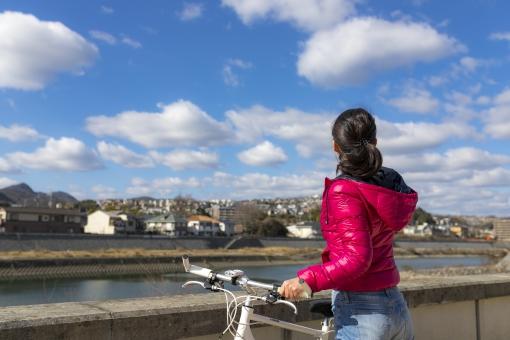空を眺める女性の写真