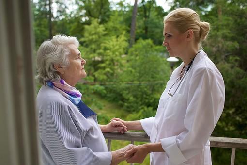 屋外 野外 外 ベランダ バルコニー 外国人 老人 高齢者 女性 おばあさん おばあちゃん 患者 白髪 白人 女医 金髪 白衣 医師 医者 病院 病室 個室 家 自宅 手を握る 手を持つ 両手 手をつなぐ 向かい合う 寄り添う 見守る mdff142 mdfs017