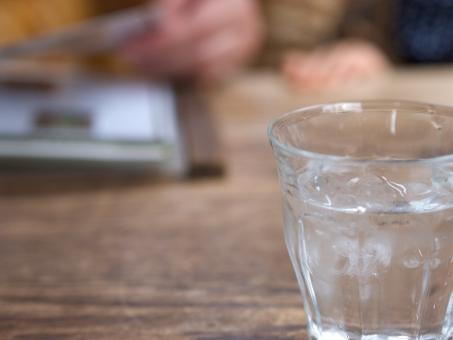 カフェ 水 テーブル メニュー 休憩 喫茶 喫茶店 お茶 コップ グラス 冷たい ウッド 木目調 素敵な おしゃれな 洒落た 落ち着く 落ち着きのある 注文