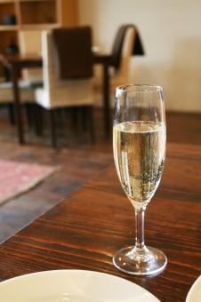 シャンパン シャンパングラス お祝い デート 食前酒 aperitif おしゃべり 食事 イタリアン フレンチ 乾杯 かんぱい カンパイ 琥珀色 炭酸飲料 ダイニング ランチ 記念日 女子会 パーティー テーブル