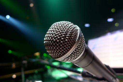 コンサート ライブ ステージ マイク マイクロフォン 照明 カラフル 綺麗 イベント 舞台 劇場 音響機材