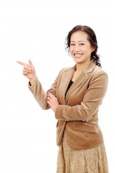 女性 人物 ビジネスウーマン キャリアウーマン アラフォー 40代 50代 中年 中高年 シニア 管理職 笑顔 えがお 責任者 ポートレート モデル 美しい 美人 ミセス ミドル ビジネス オフィス スーツ 会社 会社員 社員 信頼 企業 仕事 働く 職場 ol 秘書 社長 教師 先生 指差す 指 手 指す 人差し指 指差し ポイント ヒント アドバイス 表示 標示 朗らか にこやか 白バック 白背景 スタジオ撮影 スタジオ 無地背景 1人 一人 余白 アップ 日本人 上半身