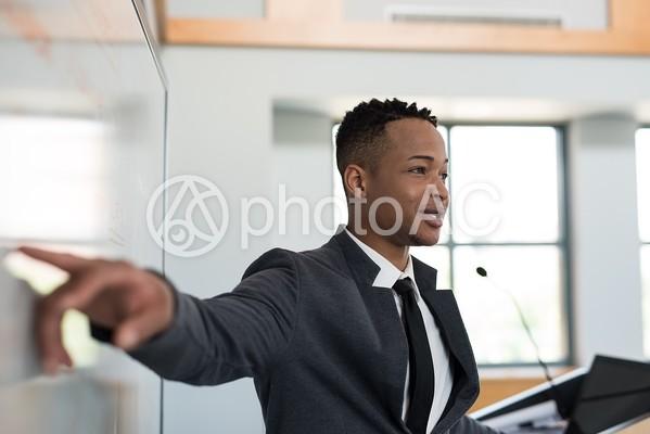 講演する黒人男性5の写真