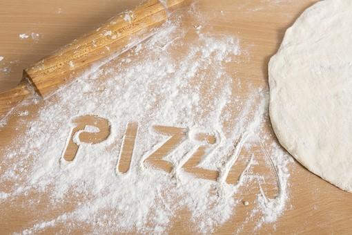 食べ物 飲食 食事 料理 イタリアン イタリア料理 ピザ ピッツァ 料理 調理 クッキング キッチン 台所 手作り ホームメイド 自家製 小麦粉 生地 ピザ生地 複数 アップ 材料 素材 食品 伸ばす 麺棒 打ち粉 文字 PIZZA