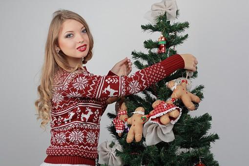 白バック 白背景 グレーバック 外国人 白人 金髪 ブロンド 20代 30代 女性 セーター ニット ノルディック柄 スカート クリスマス Christmas X'mas クリスマスツリー ツリー モミ もみの木 樅の木 モミの木 飾り オーナメント ボール リボン ブーツ 松ぼっくり 立つ 持つ カメラ目線 笑顔 スマイル 笑う 微笑む ガーランド ジンジャーブレッドマン ジンジャークッキー 柊 ヒイラギ ひいらぎ 飾り付け mdff129