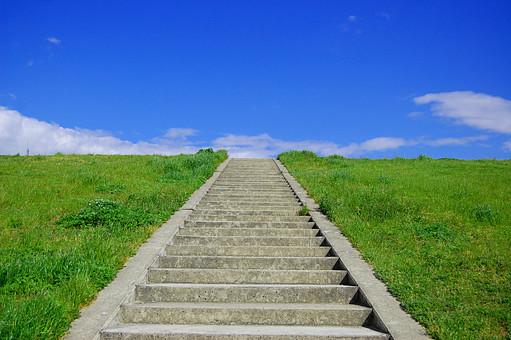 日本 関西 大阪市 淀川 河川敷 堤防 土手 階段 芝生 草 緑 公園 青空 雲 快晴 晴天 晴れ 爽快 すがすがしい リフレッシュ 美しい 綺麗 散歩 休日 昼下がり 自然 景色 風景 町並み 日常 生活 暮らし