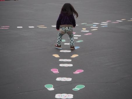 遊園地 運動 女児 子供 ステップ 日本人 step Girl child Japanese kids 子ども 後ろ姿 ジャンプ 元気