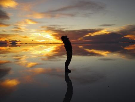シルエット 人影 シャドー 光 陰 夕焼け 夕日 夕陽 夕暮れ ウユニ ウユニ塩湖 ボリビア 南米 絶景 湖 鏡 水鏡 水面鏡 ミラー 反射 リフレクト 地平線 大地 自然 大自然 大空 空 サンセット 感動 雄大
