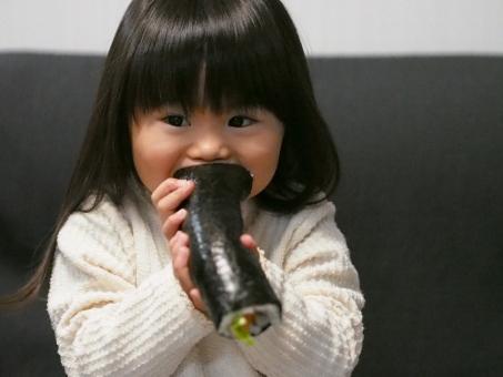 丸かじり 子ども 子供 幼児 女児 少女 巻き寿司 巻きずし 太巻き 恵方巻き 節分 日本人 海苔 japanese food susi sushi girl kids 寿司