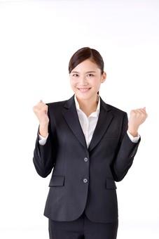 人物 日本人 女性 若い 若者  20代 スーツ 就職活動 就活 就活生  社会人 OL ビジネス 新社会人 新入社員  フレッシュマン 面接 真面目 清楚 屋内  白バック 白背景 上半身 ガッツポーズ うれしい 嬉しい 喜ぶ 応援 笑顔 ビジネスマン mdjf007