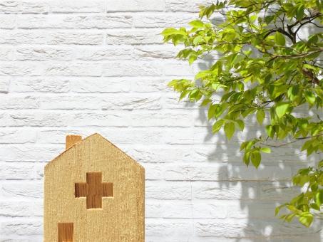 積木の病院と白壁と緑の背景の写真