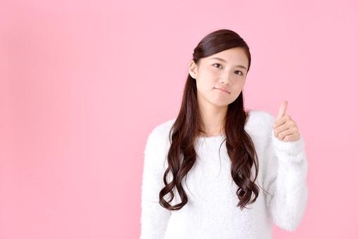人物 女性 日本人 若者 若い  20代 美人 かわいい ロングヘア カジュアル  ラフ 私服 セーター ニット 屋内  スタジオ撮影 背景 ピンク ピンクバック ポーズ  おすすめ 上半身 グー サムズアップ ハンドサイン ジェスチャー 良い グッド まあまあ それなりに mdjf007