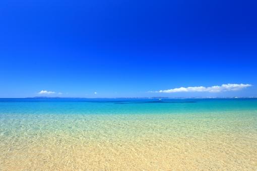 沖縄 おきなわ オキナワ ビーチ びーち Beach 海 砂浜 エメラルドグリーン ブルー 青,青色,水色 白,白色,白い雲 サンド 砂 グラデーション 環境素材 真夏 長期休暇,夏休み,春休み コピースペース ポストカード 自然素材 ホワイトビーチ 波打ち際 浜辺 水平線 水面 海面 浅瀬 サマー リゾート