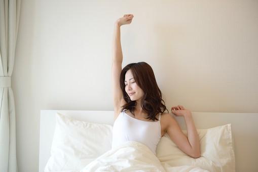 日本人 女性 女 30代 アラサー ライフスタイル 部屋 ベッドルーム 寝室 室内 ポーズ キャミ キャミソール 部屋着 ナチュラル ミディアムヘア ベッド 布団 寝起き 朝 モーニング 目覚め 健康 健康的 すっきり スッキリ 爽やか さわやか 伸び 伸びる 目 閉じる ストレッチ 体操  起床 起きる mdjf013