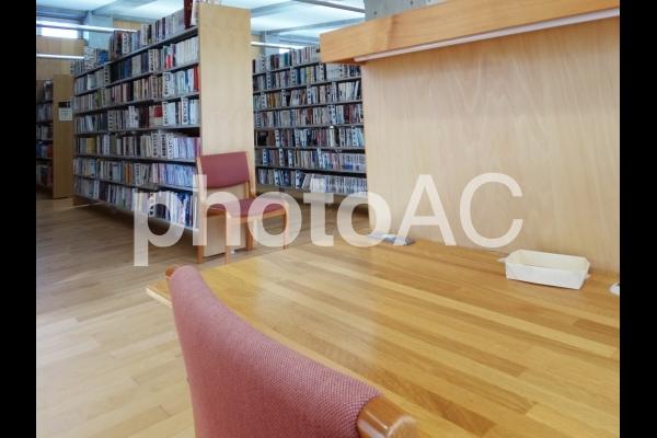 図書館の自習机の写真