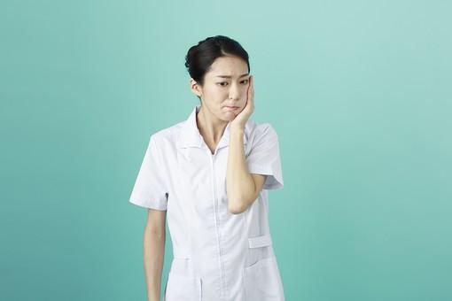 人物 女性 日本人 20代 30代   仕事 職業 医療 病院 看護師  ナース 医者 医師 女医 薬剤師  白衣 看護 屋内 スタジオ撮影 背景  グリーンバック おすすめ ポーズ 上半身 頬 虫歯 痛い 手を当てる 歯医者 歯科医院 mdjf010