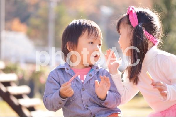 お話する子供の写真