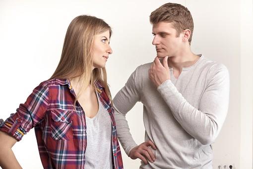 人物 外国人 外人 カップル 恋人  夫婦 大人 男女 20代 30代  モデル 生活 暮らし 屋内 スタジオ撮影 白バック 白背景 ポーズ 向き合う 横向き 上半身 睨む 睨みつける 見つめる けんか 喧嘩 怒り 腰に手を当てる mdfm059 mdff103
