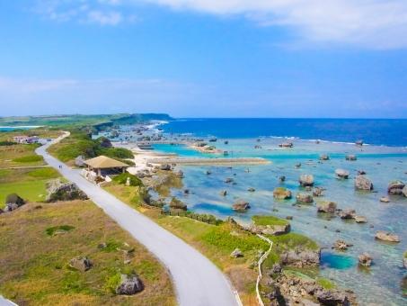 沖縄 宮古島 海 青 秋 エメラルドグリーン 空 岩 道路 空から バードビュー ドローン 上空 展望 見晴らし 地平線 水平線 自然