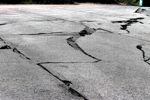熊本 地震 阿蘇 復興 復旧 災害 震災 斜面崩壊 駐車場 地割れ アスファルト 断層 震度 使用不能 マグネチュード 震源 ひび 深刻 営業不能 段差 凹凸 でこぼこ 崩落 南阿蘇