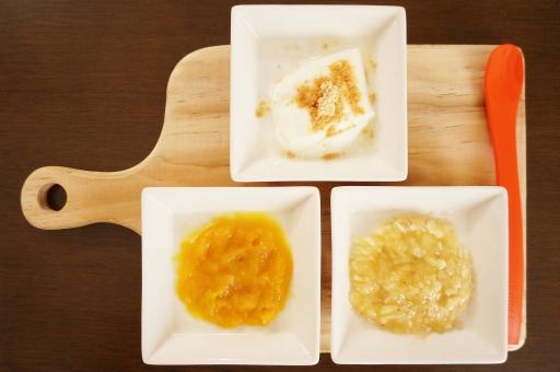 離乳食 離乳 初期 ヨーグルト きな粉 きなこ カボチャ かぼちゃ ベビーフード バナナ ばなな すりつぶす とろとろ トロトロ 滑らか なめらか 赤ちゃん あかちゃん カッティングボード ベビースプーン 食事 ごはん ご飯