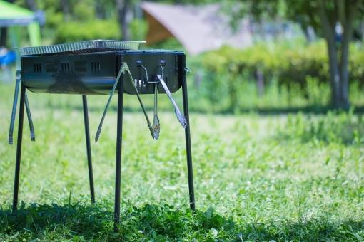 コンロ バーベキュー BBQ 焼き肉 トング グリル アウトドア レジャー 夏 キャンプ 肉 コンロ 焼く 炭火 フライパン 屋外 緑 芝生 仲間 晴れ 快晴 気持ちのよい 公園 飲食 食事 野外 グリーン キャンプ場 さわやか すがすがしい