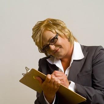 人物 女性 外国人 外人 外国人女性   外人女性 モデル 大人 中年 太った 肥満 中年太り ふくよか ビジネス 仕事 スーツ 秘書 金髪 ブロンド ショートヘア 屋内 スタジオ撮影 ポートレイト ポートレート ポーズ 眼鏡 めがね 上半身 ファイル 書類 書く 記入 確認 ぽっちゃり mdff034