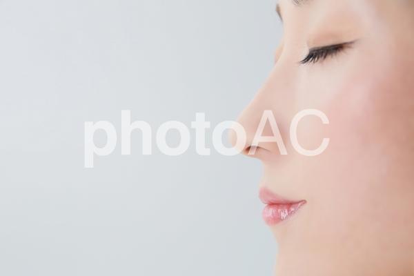 女性の横顔の写真