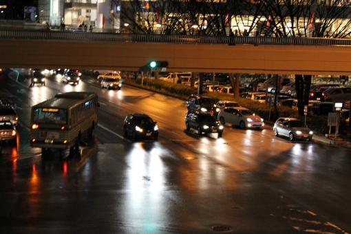 仙台駅 駅前 車 交通 通行 十字路 道路 自動車 夜 ライト ハイビーム