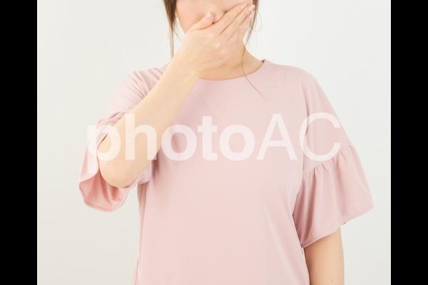鼻をおさえる女性の写真