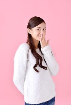 人物 女性 日本人 若者 若い  20代 美人 かわいい ロングヘア カジュアル  ラフ 私服 セーター ニット 屋内  スタジオ撮影 背景 ピンク ピンクバック ポーズ  おすすめ 上半身 笑う 可笑しい 含み笑い 吹きだす 口を押える mdjf007