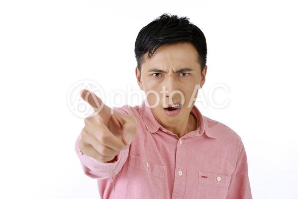 指さす男性9の写真