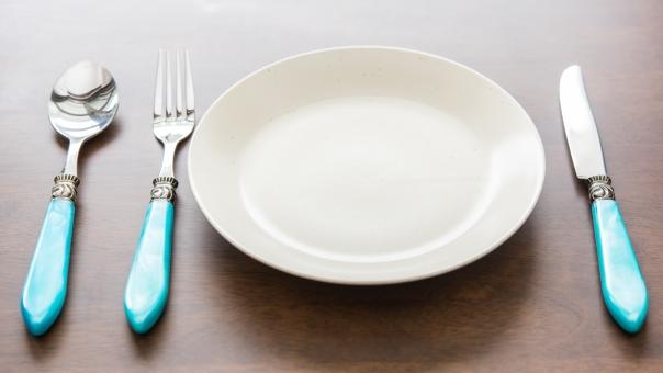 お皿 シンプル セッティング ディナー ナイフ ナイフフォーク ハイアングル フォーク レストラン 俯瞰 明るい 物撮り 白 白い 皿 真上 見下ろす 配膳 静物 食べる 食器 食器皿 料理 スプーン クラシック レトロ 青 テーブルマナー