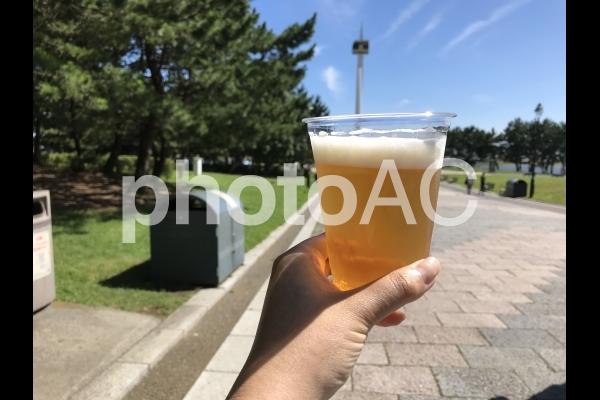 暑い日のビールの写真